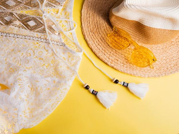 女性夏ファッションの服やアクセサリーの黄色に設定