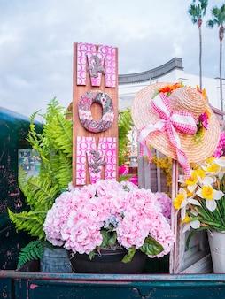 木の装飾と母の日の花。