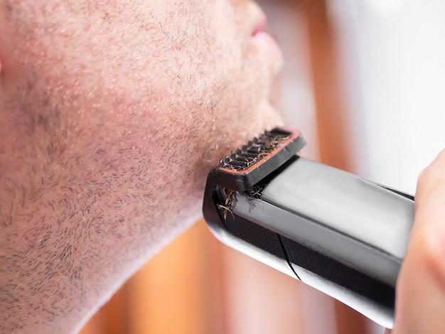 トリマー、電気かみそりで剃る男