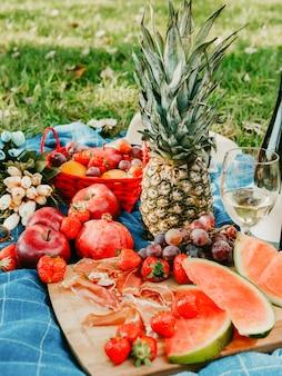 新鮮な果物のおいしい広がりと健康的なベジタリアンやビーガンピクニック