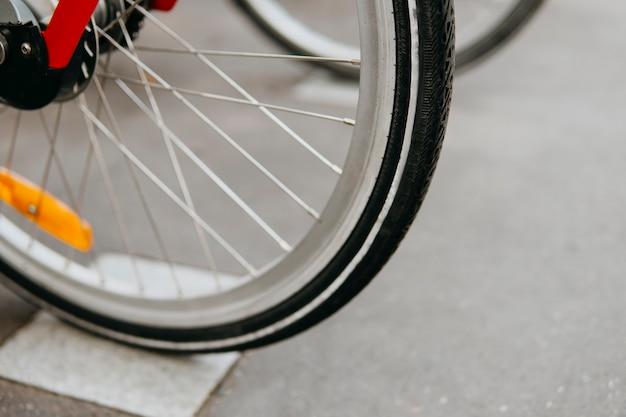 レンタル自転車。タイヤとバイクのニップルの交換。自転車の購入。都市交通の生態学的モード。スポーツアクティブコンセプト。輸送の種類。環境へのダメージなし