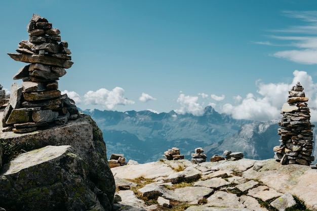 風光明媚なアルプスの山のパノラマ。旅旅行トレックと実際の生活の概念。美しい自然。山で休みます。緑と白の色のアルプスの秋。ロックトーテム