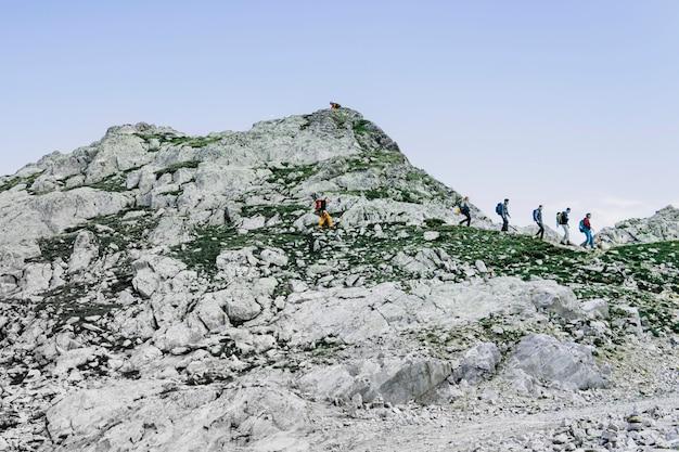 バックパック付きの登山家。アルプスの山。旅旅行トレックと実際の生活の概念。美しい自然。山で休みます。