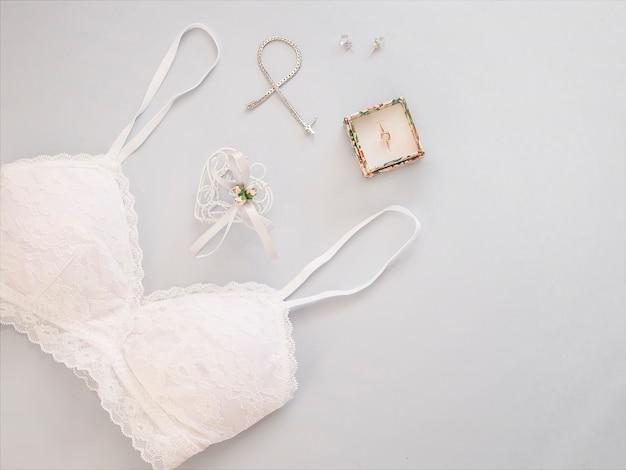 最小限のフラットは、明るい背景に結婚式のアクセサリーと一緒に置きます。