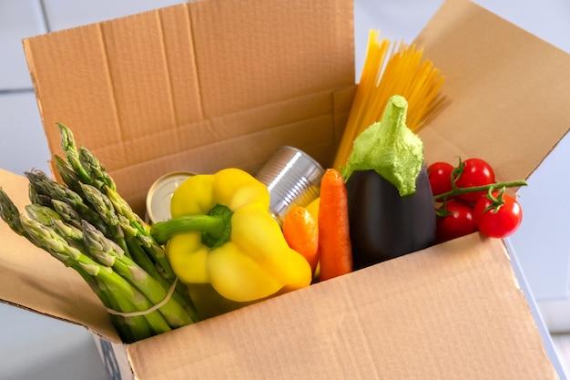 スーパーフードの果物と野菜の募金箱。コロナウイルスのパンデミックヘルプ