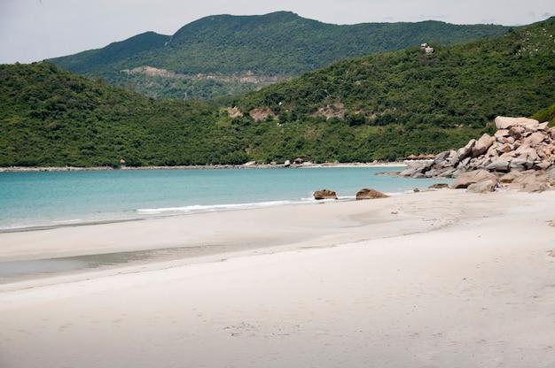 Мягкая волна голубого океана на песчаном пляже. с размытием. тонизирующий.