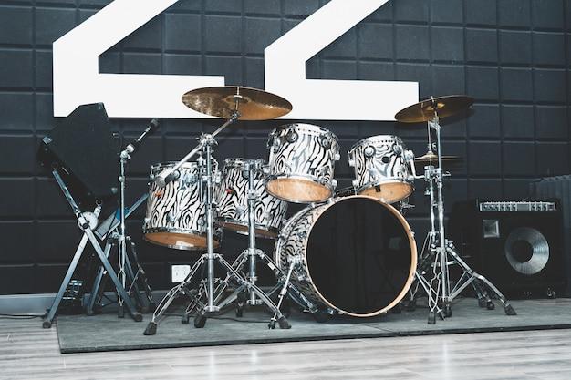 Творчество и музыка. барабаны и барабанные установки. звукозаписывающая студия. музыкальное оборудование.