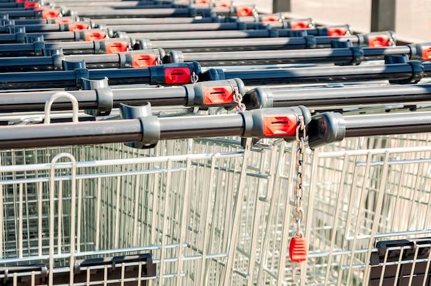 駐車場の列に並んでいる店内のショッピングカート。閉じる。