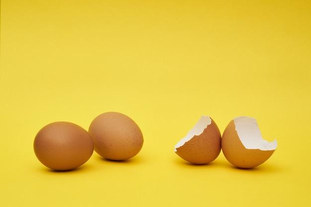 全体と部分の鶏の卵。半分の卵、卵黄、殻。