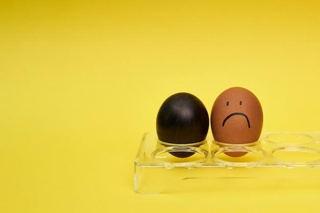卵ホルダーに鶏の卵。卵に描かれた感情と表情。