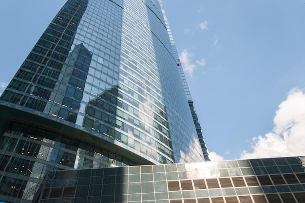 空を背景にガラスの超高層ビル。銀行、オフィス、本社ビル。