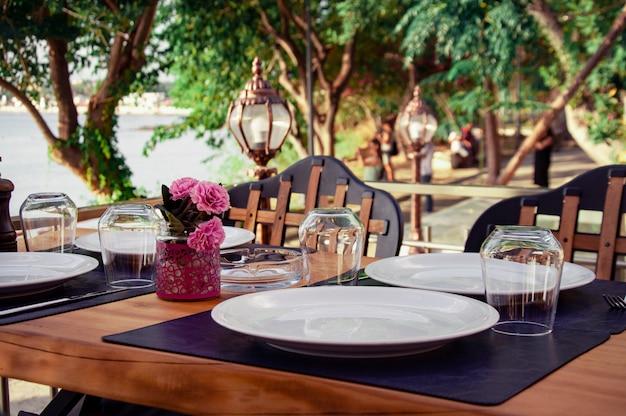 夏のカフェでテーブルを提供