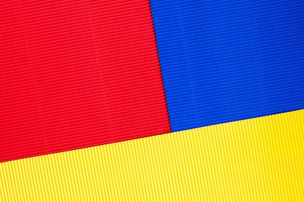 色付きのエンボス紙のシート。