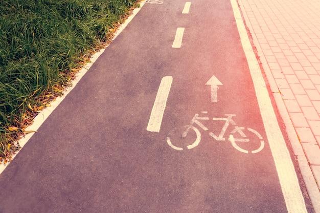 自転車の安全を確保するために設計された公共の公園内の自転車道。