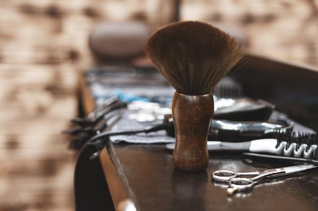 理髪店の理髪ツール。美容ツール。はさみ、櫛、カミソリ、バリカン。ウィザード用のツール。職場の組織。セレクティブフォーカス。