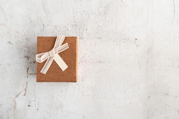 Подарочная коробка на белой поверхности
