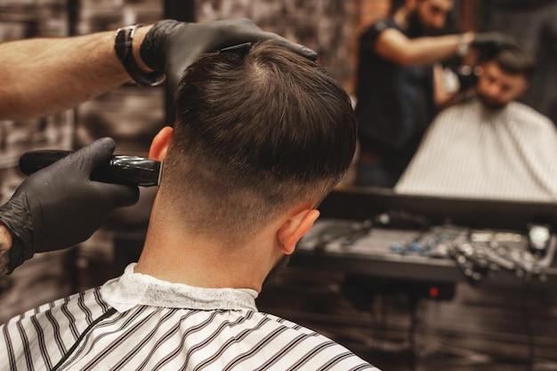 理髪店の散髪ヘッド、理髪師は、クライアントの頭の髪をカットします。