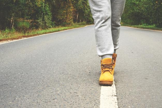 女の子は道路標示の線に沿って行きます。