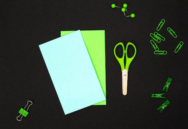 教育的構成、文房具。緑の文房具と黒の緑のノート