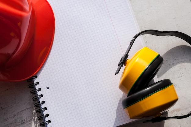 Строительный шлем является символом безопасности на рабочем месте. набор инструментов.