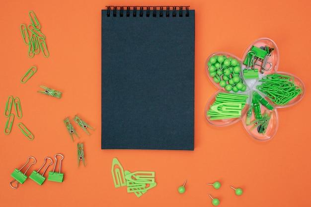 緑の文房具と黒いノート