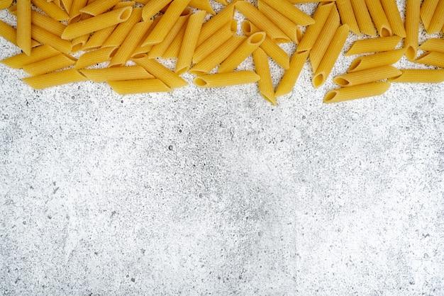 Сырые макароны на бетонном фоне