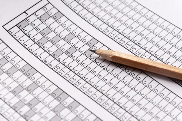 鉛筆の上に横たわる試験のフォーム