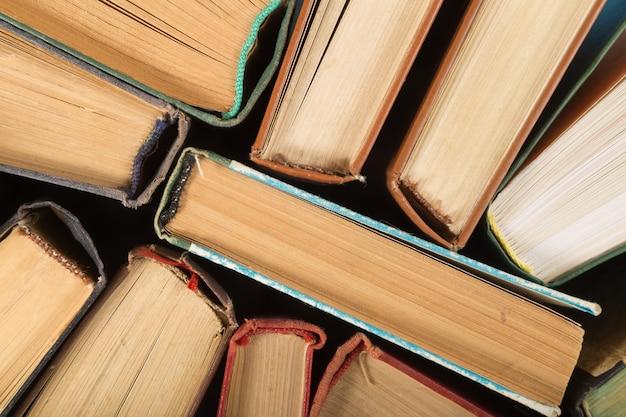 カラフルなハードカバーの本の平面図です。学校のコピースペースに戻る。教育の背景