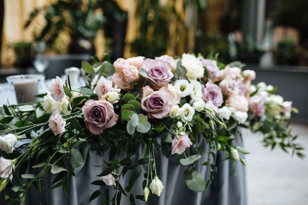 ピンクの花との結婚式の日のためのグレー色の素晴らしい宴会