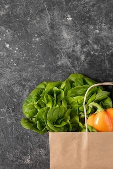 健康的な野菜の紙袋、テーブルの上にフラットレイアウト食品。トップビュー、コピースペース。
