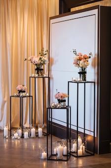 式のための美しい結婚式の装飾アーチ。生花の祭りでのウェディングフォトゾーン。