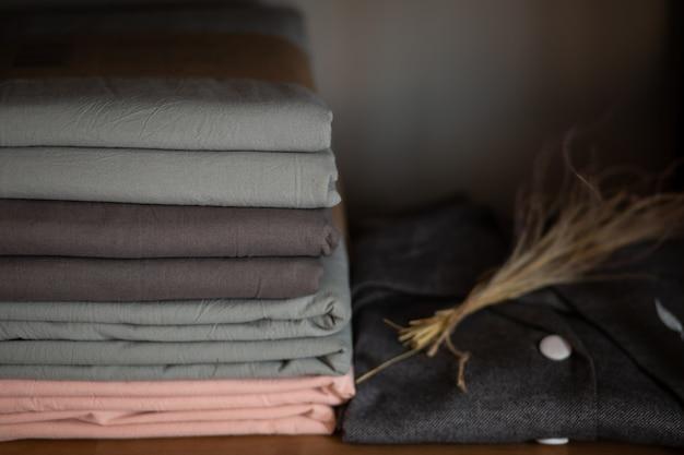 Деревянный шкаф с постельным бельем и одеждой дома или в магазине, концепция дизайна в интерьере