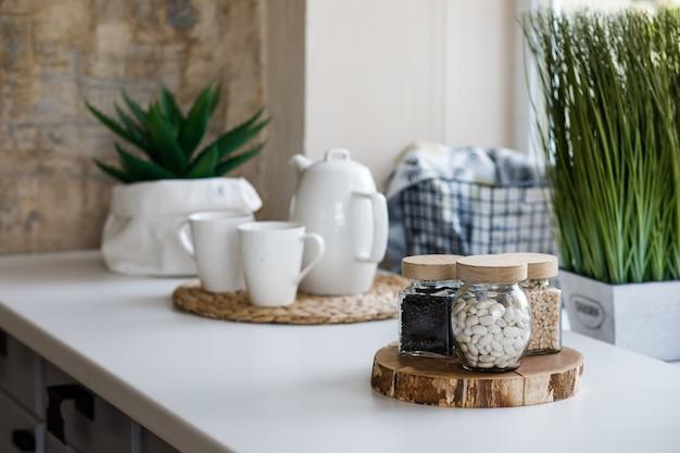 台所のテーブルに豆とガラスの瓶。