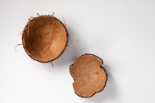 白、白で隔離されるココナッツの殻
