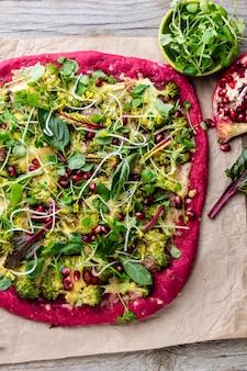 紫色のビートルートの生地、野菜、スプルイスのピザ