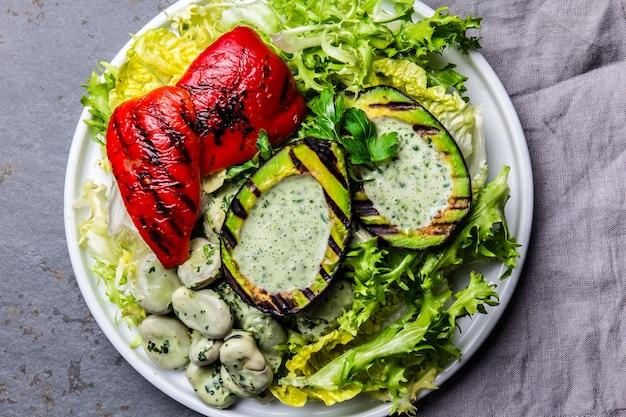 ベジタリアンレタス豆のサラダアボカドのグリルとピーマンのサラダ。上面図