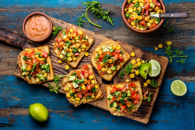 メキシコのラテンアメリカ風のオープンサンドイッチ。