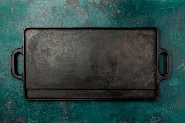 空の鋳鉄製フライパン。