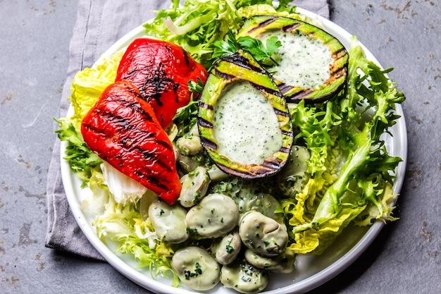 焼きアボカドとピーマンのベジタリアンレタス豆サラダ