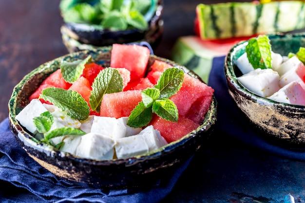 Салат из арбуза с мятой и оливковым маслом. закрыть