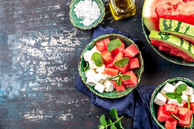 Салат из арбуза с мятой и оливковым маслом. вид сверху