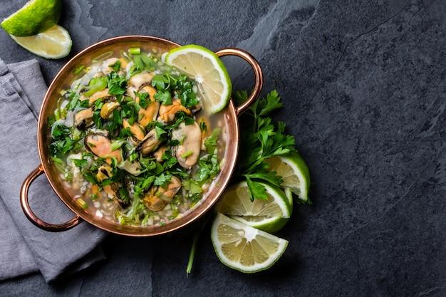 Перуанская еда. мидии севиче. холодный суп с морепродуктами, лимоном и луком