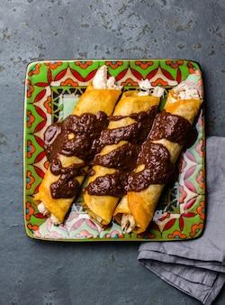 Традиционные мексиканские куриные энчиладас с острым шоколадным соусом
