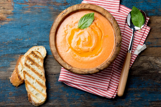 伝統的なスペインのアンダルシア風トマトクリームスープ - サルモレホ。サルモレホまたはガスパチョのクリームスープ