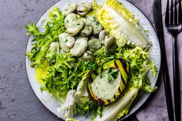 ベジタリアンレタス豆のサラダアボカドのグリルとハーブソース。上面図