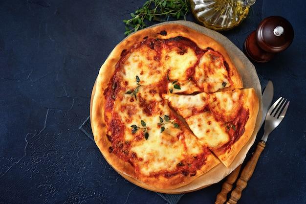 Вид сверху пиццы маргариты на синем фоне