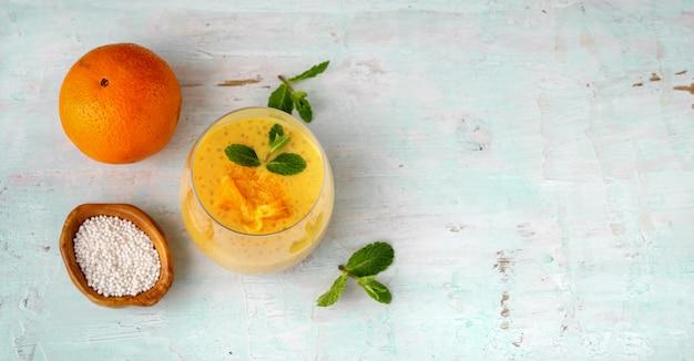 オレンジとビーガンのタピオカプリンのガラスのトップビュー