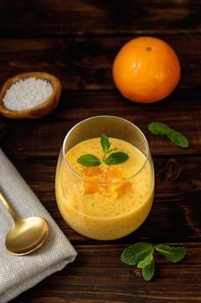 オレンジ風味のビーガンタピオカプリンをグラスで縦に撮影