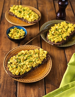 Вид сверху тарелку с вкусным красочным веганским яйцом салатом