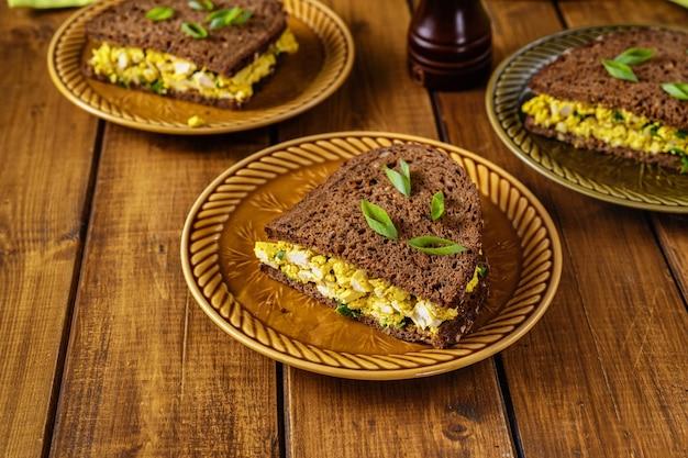 Вид сверху вкусные и полезные бутерброды веганский бургер с веганским яйцом салат